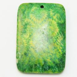 Кулон из коралла ярко зеленый